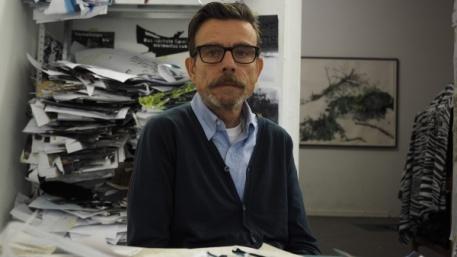 """Geheimnis: In einem der Stahlzylindern liegt ein Videofilm des Künstlers Marcel Odenbach. Er ist einer von 50 Künstler, Künstlerinnen, die jeweils einen Behälter bestückten. Die 50 """"Verschluckungen"""" sind ein Kunstprojekt, anlässlich des des 50jährigen Jubiläums der Haager Konvention. © Claudia Friedrich"""